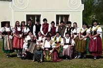 Folklórní soubor Lučina z Úsilného znovu společně tančí od roku 2010. V současnosti má 22 členů včetně kapely.