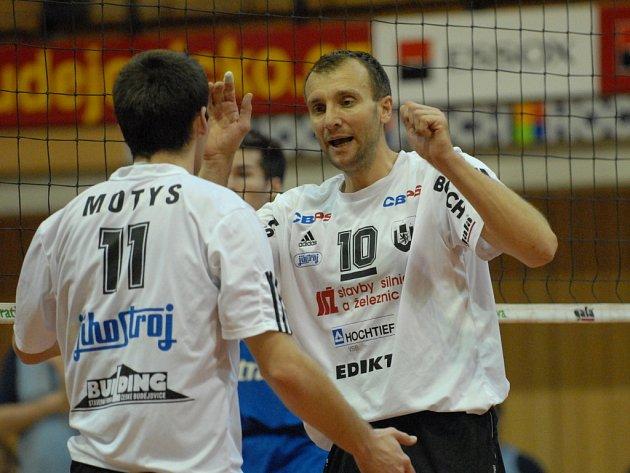 Nejen podle asistenta Hadravy je kapitán Pochop (vpravo) nejzkušenějším volejbalistou v dresu úřadujících mistrů republiky.