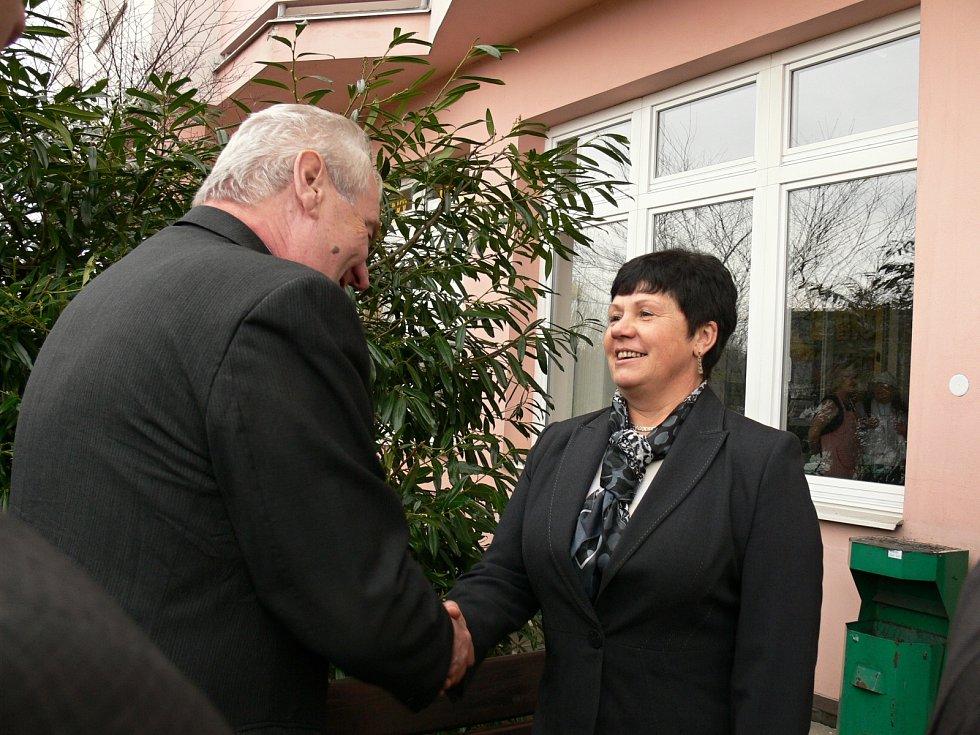 Návštěva Miloše Zemana v Táboře. Před G – centrem ho uvítala ředitelka zařízení Jaroslava Kotlíková .