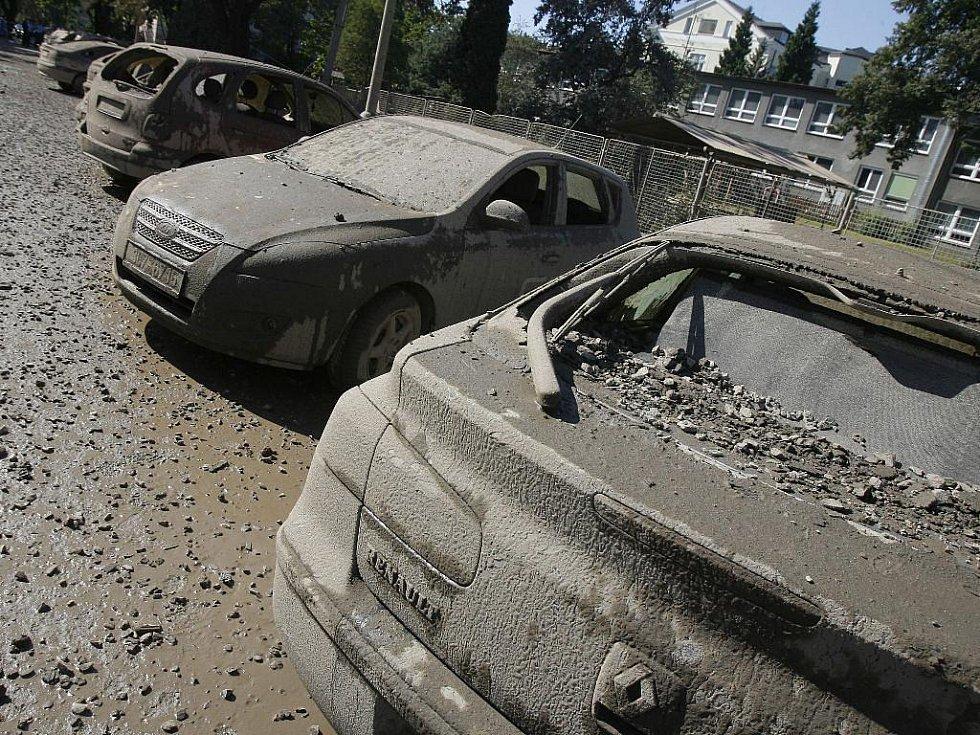 Českobudějovická Alešova ulice chvíli po výbuchu, který poškodil téměř čtyřicet zaparkovaných aut.