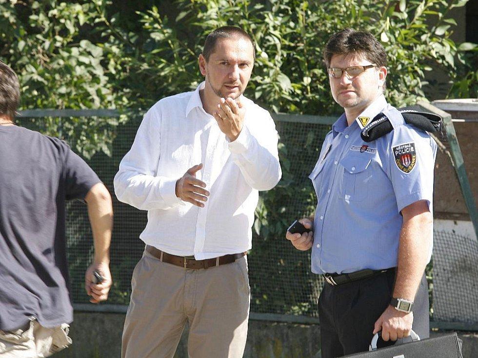Primátor Juraj Thoma v diskuzi s policistou v Alešově ulici krátce po výbuchu.