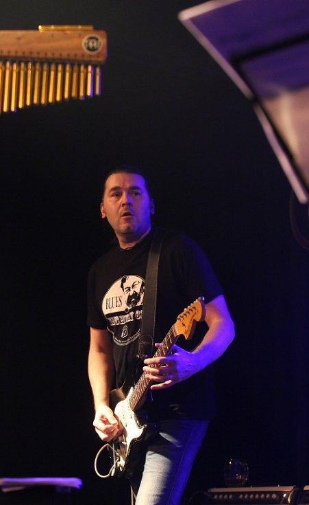Známý českobudějovický klub Highway 61 má za sebou poslední koncert pod touto značkou. Na rozloučenou tam zahrál 16. ledna 2015 rocker Roman Dragoun s kapelou His Angels. Na snímku kytarista Miloš Švec.