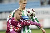 Tomáš Stráský (na snímku bojuje s Davidem Zoubkem) dal v nedělním utkání Dynama s Bohemians Praha (3:0) druhý gól svého týmu.
