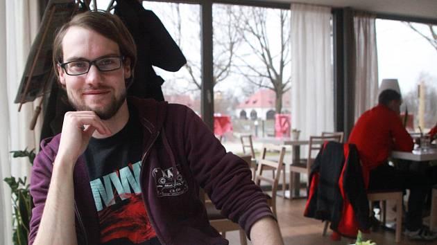 """""""Majáles má vždycky úžasnou atmosféru,"""" vypráví nadšeně Martin Kolář, dlouholetý organizátor a v současnosti podporovatel této jedinečné studenské kulturní akce. Na snímku je v českobudějovické Kavárně LANNA."""