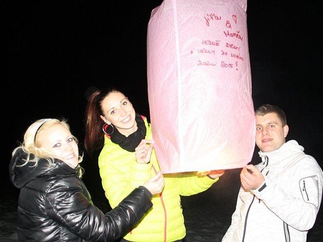 V Lišově se se starým rokem někteří loučili místo ohňostrojem pouštěním lampionů štěstí