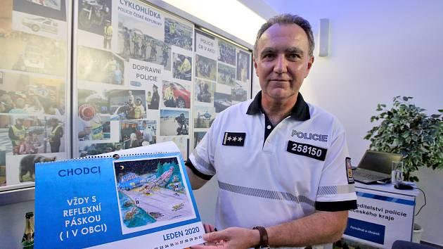 Dopravní policista Lubomír Veselý se rozhodl uchopit prevenci dopravních nehot netradičně. Na pomoc si přizval kreslíře Petra Urbana a Rudu Pivrnce.