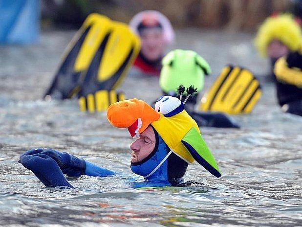 Některé plavce hřály kostýmy.