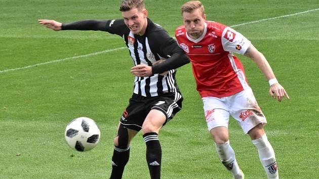 Fotbalisté Dynama hrají už v pátek ve Vítkovicích a start Lukáše Provoda (na snímku bojuje s pardubickým Čelůstkou) je nejistý.