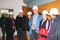 Do areálu jaderné elektrárny smí vstupovat maximálně osmičlenné skupinky návštěvníků a všichni dostávají ochranné přilby. Osmnáctihlavá exkurze našich čtenářů se musela rozdělit do tří part.