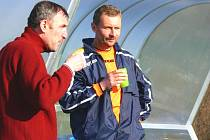 Takhle spolu na turnaji v Borovanech popíjeli čaj trenéři Dobré  Vody a Mladého: Pavel Hanel (vlevo) a Karel Tondr. Zatímco Hanelův tým v I. A třídě neztratil na jaře ještě ani bod, fotbalisté SK Mladé na první vítězství v I. B  čekali dlouho.