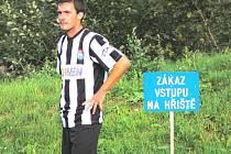 Nový muž v kaplické sestavě Martin Kollár v Týně při krajském přeboru porušil zákaz vstupu na hřiště... A dobře udělal, střelci Lesňákovi posadil míč na hlavu při prvním gólu.
