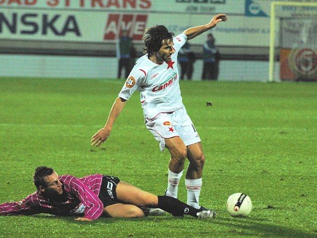 25letý Petr Šíma byl jednou z hvězd nedělního šlágru Dynama se Slavií: na snímku vypichuje míč Krajčíkovi.