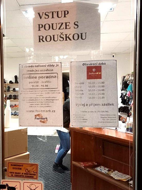 Letos již podruhé vládní opatření uzavřelo také prodejnu s barefootovou obuví v Jindřichově Hradci, a to právě ve chvíli, kdy začíná sezóna prodeje bot na zimu. foto: Dagmar Krupicová