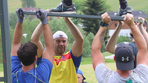 Martin Štrba (v bílé čepici) se aktivně zapojil do team buildingu na Lipně.