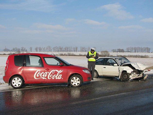 Čtyři osobní automobily se srazily v pondělí ráno na hlavním tahu z Českých Budějovic na Prahu. V kolonách, které se zde začaly tvořit, se srazilo dalších sedm vozidel.