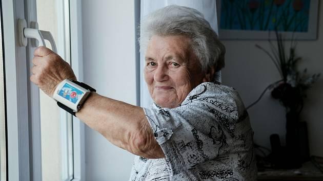 Organizace Anděl Strážný a pomáhá seniorům, dlouhodobě nemocným, osobám se zdravotním postižením a jejich rodinám prostřednictvím mobilního monitorovacího zařízení s SOS tlačítkem.