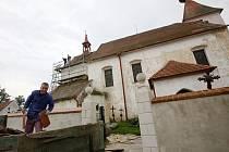 Oprava kostela ve Strýčicích.