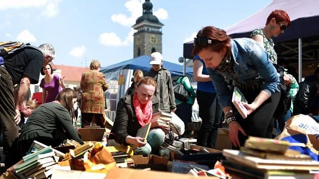 V Českých Budějovicích začal třídenní festival Literatura žije. Na náměstí se v improvizované knihovně rozdává na 7000 knih.
