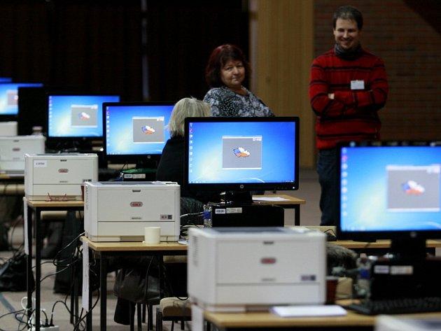Výsledky se scházejí na sčítacích místech. Největším v republice je českobudějovická sportovní hala.