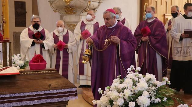 Pohřeb Mons. Václava Kulhánka v českobudějovické katedrále.