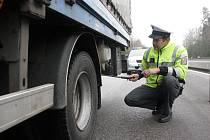 Policista Jiří Hovorka kontroluje technický stav nákladního vozidla. Vše bylo v pořádku.