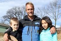 Jakub Vágner s Aničkou a Lvíčkem v dětském pořadu poznávají přírodu. Kulisou pro natáčení poslední epizody seriálu byl o víkendu Žárský rybník.