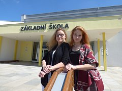 Nicole Hálová a Gina Maria Guffanti navštěvují devátou třídu na Základní škole v Hluboké nad Vltavou.