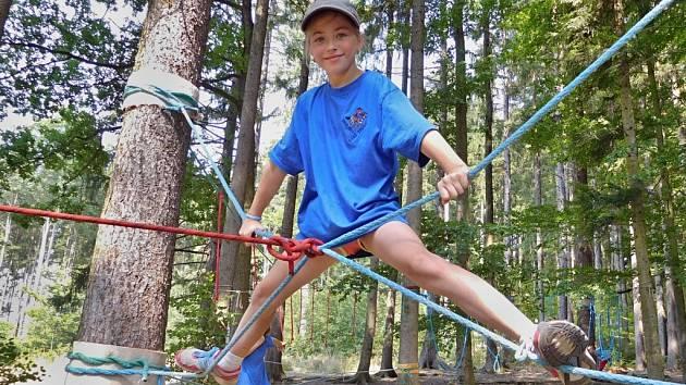Zdolávat překážky se členové oddílu učí při lanových aktivitách.