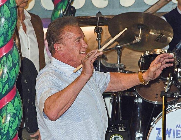 Schwarzenegger vráži.