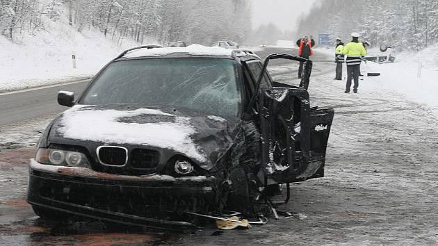 Bouračka čtyř osobních automobilů před českobudějovickým Borkem,na snímku automobil BMW,jehož řidička nepřizpůsobila rychlost stavu vozovky