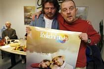 Herec Petr Čtvrtníček spolu s  protagonistou mlčenlivého traktoristy Hynkem Chmelařem a dalšími členy štábu  uvedli  ve středu večer novou českou  komedii Poslední plavky.
