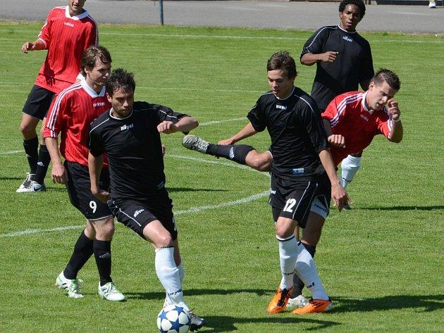 Marek Hovorka v zápase Strakonic s Tachovem mezi ligovými pendly Brezinským a Sandrem.
