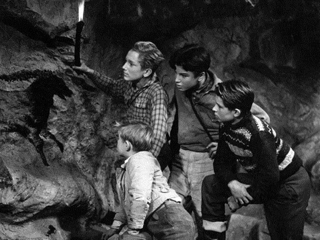 Film svou technikou a dekoracemi předběhl dobu. Na snímku jsou kluci v jeskyni pravěkého lovce.