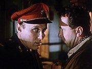 Záběr z filmu Kam čert nemůže. Josef Bulík (přednosta) za záda Miroslava Horníčka, zda tam nestojí Mefistofeles.