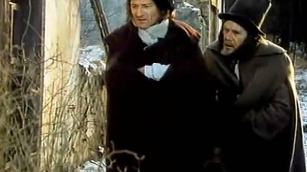 """Herec Johny a kočí právě vyšli ze stavení a v keři vidí umrzlou opici. """"Chudák Geko, cos dělal venku."""""""