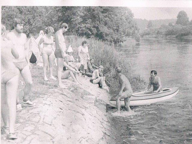 V jižních Čechách se natáčel film Svatební cesta do Jiljí. U  rákosí je Pavel Svátek, nad ním jeho maminka. Žena v plavkách je Marie  Krejčová.