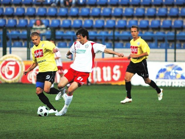 Jaroslav Hílek stíhá zlínského Davida Šmahaje, v pozadí vše sleduje David Homoláč. Dynamo ze Zlína vezlo bod.
