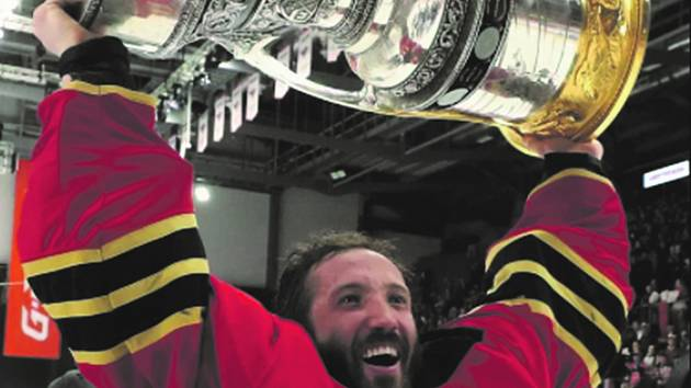 Šimon Hrubec s Gagarinovým pohárem.