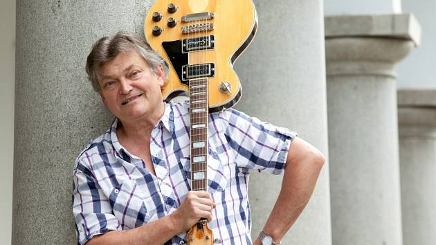 Herec Jan Dvořák (57) si 6. června 2014 připomíná 36 let v Jihočeském divadle. Na snímku s kytarou, kterou si koupil z první divadelní výplaty.
