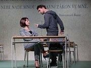 Boj rodičů s třídní učitelkou zachycuje hořká komedie Úča musí pryč!, kterou nově uvádí Jihočeské divadlo. Na snímku Tomáš Drápela a Věra Hlaváčková.