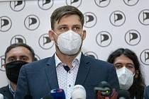 Lukáš Kolářík při tiskové konferenci. V primárkách Pirátů získal důvěru jako lídr pro nadcházející parlamentní volby.