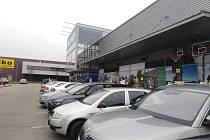 Také v sobotu 19. prosince 2020 se v českobudějovických obchodních zónách zaplnila parkoviště.