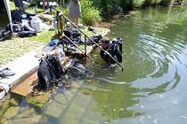 Potápěči při pokusu o rekord v slověnickém lomu