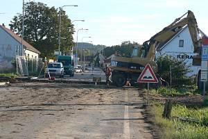 Úplně uzavřena je silnice mezi Českými Budějovicemi a Vrátem. Objížďka je vedena po Okružní ulici, silnici I/34 na Lišov, a u samoty Klauda do Rudolfova a Vráta a v opačném směru. Úplná uzavírka silnice by měla trvat do  neděle 13. října do 23.50 hodin.