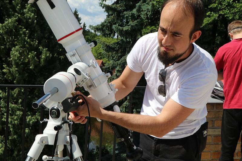 Zatmění Slunce v planetáriu v Českých Budějovicích sledovaly na terase a v kopuli desítky lidí hlavně dětí.
