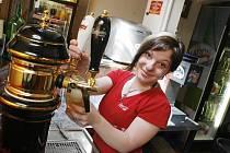 Oblíbenou letní brigádou je například práce v hospodě. Na snímku je Iveta Schneiderová, která si přivydělává v restauraci Fontána na budějovickém náměstí.