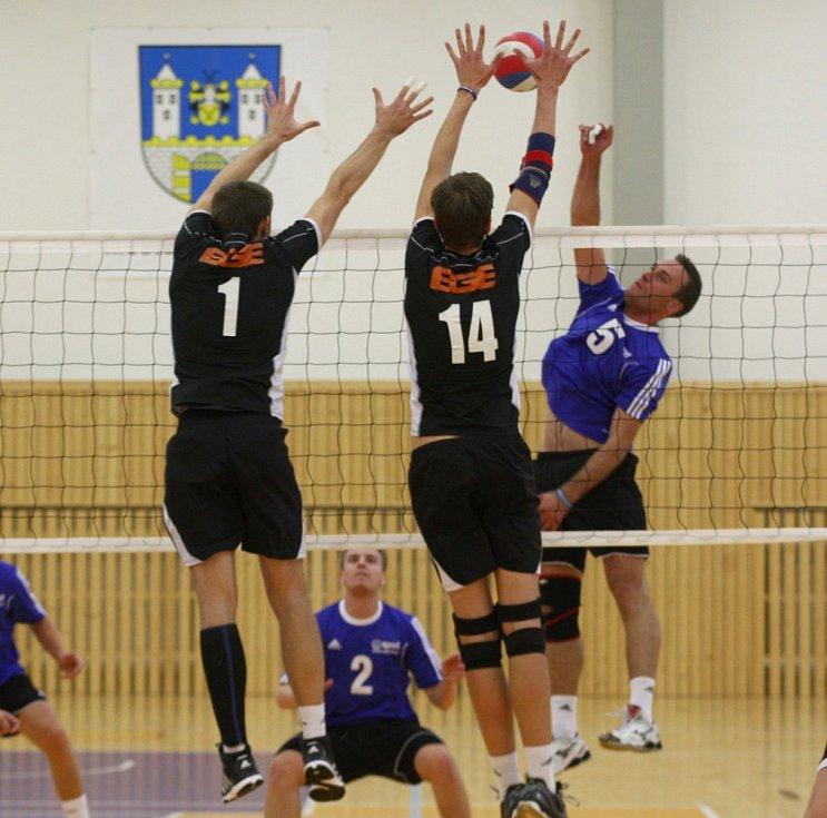 BLOK. Útok soupeře se snaží blokovat zleva Miroslav Kozák (s číslem 1) a Jakub Pochop (s číslem 14).