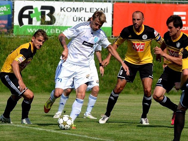 Exreprezentanta Marka Heinze v zápase Dynama se Znojmem atakují Rýdel, Lengyel a Machovec.