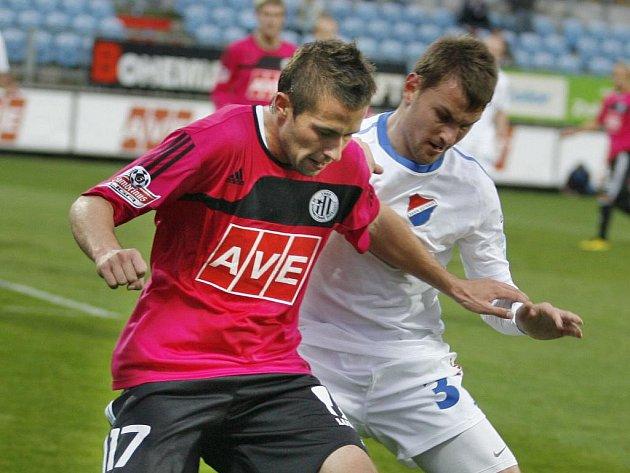 Michal Rakovan si v zápase s Baníkem kryje míč před hostujicím Radimem Řezníkem.