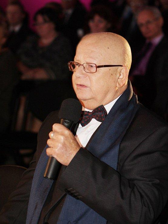 Hejtman Jihočeského kraje Jiří Zimola předal ve středu večer sedmi osobnostem ocenění Zlatá šupina. Na snímku Zdeněk Žemlička.